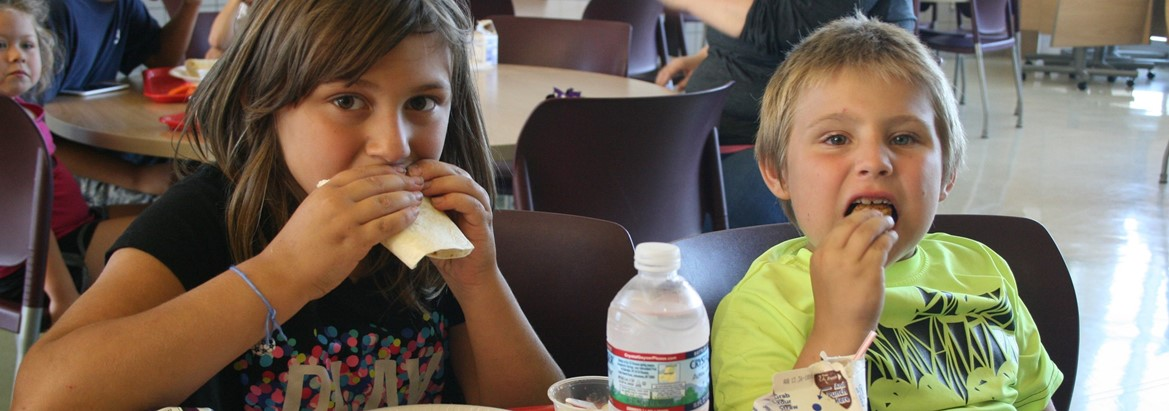 girl and boy eating lunch